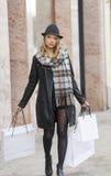 Zeer leuke vrouw met hoed oing voor het winkelen Stock Foto