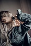 Zeer modieus wit horloge op vrouwenhand stock foto