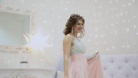 Zeer mooi meisje die in het decor van een Nieuwjaar dansen stock footage