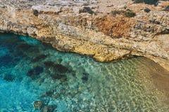 Zeer mooi strand onder de rotsen royalty-vrije stock afbeelding