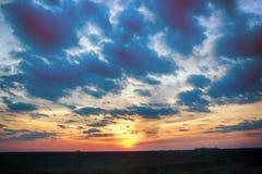 Zeer mooie de lentezonsondergang over gebieden stock afbeelding