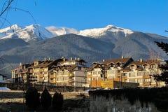 Zeer mooie mening van de moderne stad in de bergen met de Gouden gloed van de zon royalty-vrije stock foto