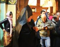 Zeer ongebruikelijk zwart monnikenritueel in de Kerk van het Heilige Grafgewelf royalty-vrije stock foto's