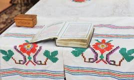 Zeer oud boek van gebeden op de lijst. Stock Afbeeldingen