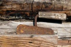 Zeer Oud Rusty Grass Shredding of het Kleine die Apparaat van de Taksnijder dichtbij de Schuurmuur wordt geplaatst royalty-vrije stock fotografie
