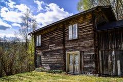 Zeer oud verlaten huis in Noorwegen Royalty-vrije Stock Foto's