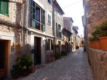 Zeer oude en huidige dorpsstraat stock foto's