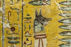 Zeer oude fresko van de Egyptische god Anubis stock afbeeldingen