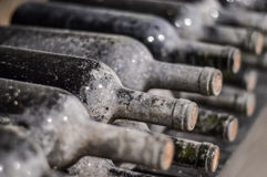 Zeer oude gestapelde wijnflessen Stock Afbeelding