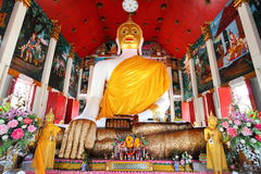 Zeer oude grote Boedha in de tempel met gouden hand a Stock Foto