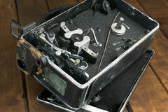 Zeer oude handbediende videocamera op houten bureau Stock Foto