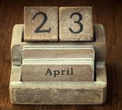 Zeer oude houten uitstekende kalender die de datum 23ste April o tonen stock afbeeldingen