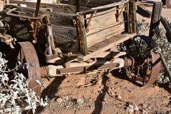 Zeer oude houten wagen met roestige wielen royalty-vrije stock foto