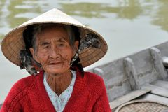 Zeer oude inheemse vrouw van Vietnam met de traditionele hoed Royalty-vrije Stock Afbeeldingen