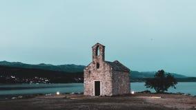 Zeer oude kleine kerk en het inspireren mooi landschap royalty-vrije stock afbeelding