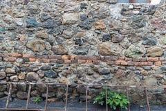 Zeer oude muur met stenen en bakstenen stock fotografie