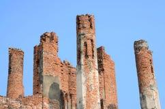 Zeer oude rode baksteenpool, oude tempel, op blauwe hemelachtergrond Royalty-vrije Stock Afbeeldingen