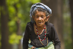 Zeer oude tharuvrouw in Bardia, Nepal stock foto's