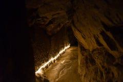zeer oude tunnel door bergrots stock afbeelding