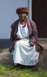 Zeer oude Xhosa-vrouwen die parels op de Transkei kust van Zuid-Afrikaan verkopen Stock Afbeelding
