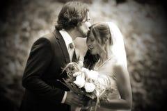 Zeer romantische de kus van het huwelijk Royalty-vrije Stock Afbeeldingen