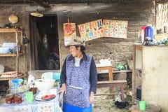 Zeer slechte Peruviaanse vrouw in haar keuken Stock Afbeeldingen