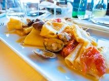 Zeer smakelijke deegwarenschotel met zeevruchten stock foto's