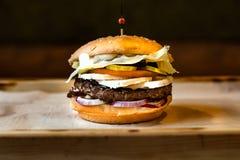 Zeer smakelijke hamburger met een sappig vleesballetje royalty-vrije stock afbeelding