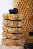 Zeer smakelijke koekjes met honing en bosbessen royalty-vrije stock afbeelding