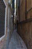 Zeer smalle oude, uitstekende straat in Venetië Curvy smalle weg binnen Stock Afbeelding