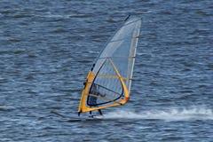 Zeer snel zich beweegt windsurfer Royalty-vrije Stock Foto