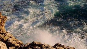Zeer sterke golven die tegen rotsen wild water groot schot raken stock video