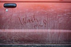 Zeer vuile rode auto in Finland royalty-vrije stock afbeeldingen