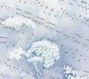 Zeer zachte lichte bloemen op de achtergrond van oud document in muzieknoten stock fotografie