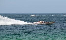 Zeerasboot die door Harde Rotskoffie wordt gesponsord Royalty-vrije Stock Afbeeldingen