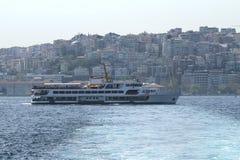 Zeereis met oude veerbootstoomboot op de Bosporus - Istanboel, Turkije De Brug van Istanboel Bosphorus royalty-vrije stock foto