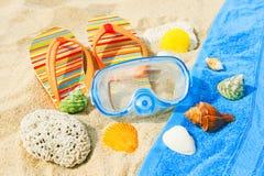 Zeeschelpen en het duiken masker op het oceaanstrand Stock Foto