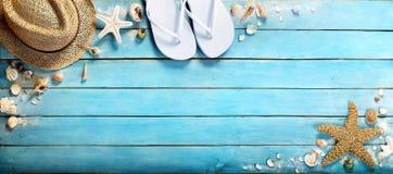 Zeeschelpen op blauwe houten Royalty-vrije Stock Foto's