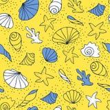 Zeeschelpen op het zand stock illustratie