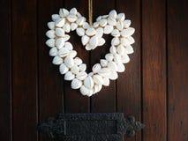 Zeeschelphart op deur romantische ambacht Stock Afbeelding