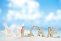 Zeester twee met liefdebericht op het strand van Florida onder de zon Stock Foto's