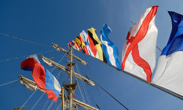 Zeevaart vlaggen tegen blauwe hemel Stock Foto's