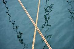 Zeevaartconceptenkabels over water stock foto