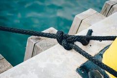 Zeevaartdiekabel rond een meerpaal wordt gebonden Stock Fotografie