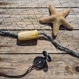 Zeevaartgrens met visnet, overzeese shells en zeester op B Stock Fotografie