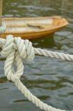Zeevaartknoop en Bruine Boot Stock Fotografie