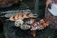Zeevruchten bij de grill Thailand stock foto's