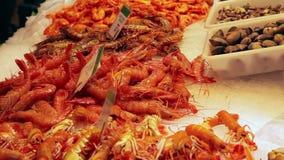 Zeevruchten bij vissenmarkt in Barcelona, Spanje stock videobeelden