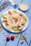 Zeevruchten Caesar Salad met Garnalen, Saladeblad, Croutons, Kers Royalty-vrije Stock Afbeelding