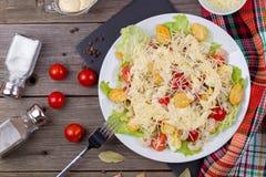 Zeevruchten Caesar Salad met Garnalen, Saladeblad, Croutons, Kers Stock Foto